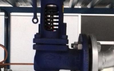 La válvula de seguridad de una caldera de vapor